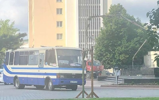 У заручниках в Луцьку близько 20 осіб - поліція