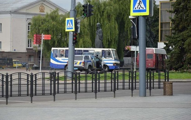 Захват автобуса в Луцке: двое заложников смогли позвонить близким