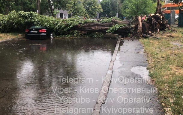 Київ засипало градом, зливи пошкодили дорогу