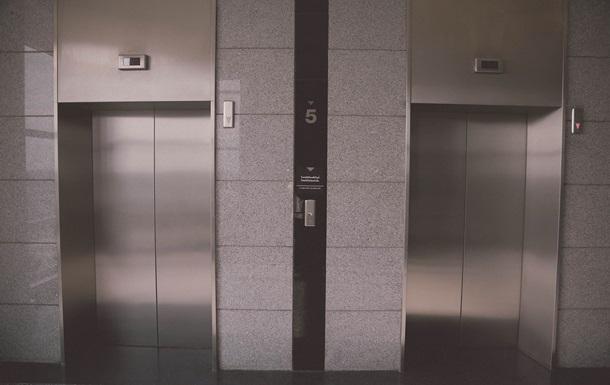 Старушки четыре дня выживали в застрявшем лифте