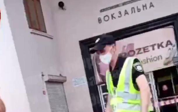 У Києві біля метро Вокзальна триває евакуація