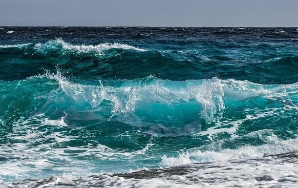 Волна смыла позировавшего на берегу подростка