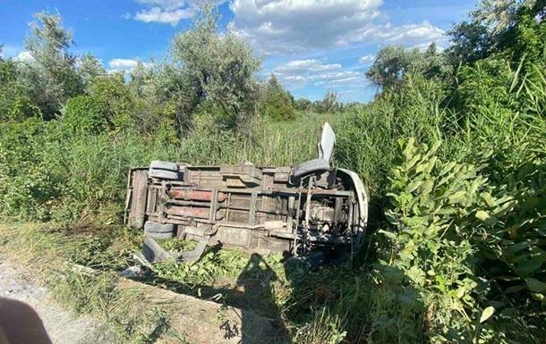 На Днепропетровщине автобус вылетел в кювет: 12 пострадавших