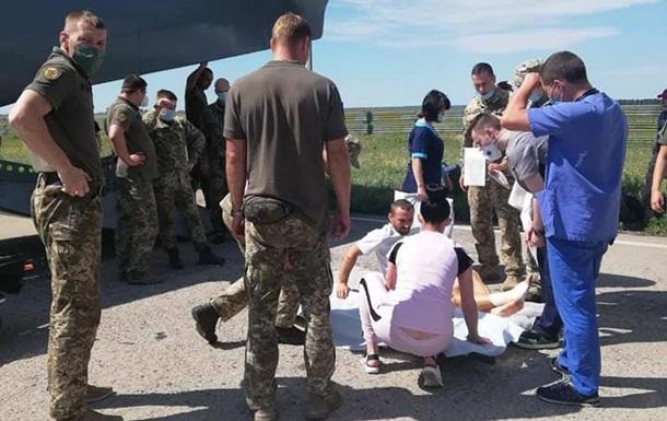 В Киев доставили 13 военных, раненых на Донбассе