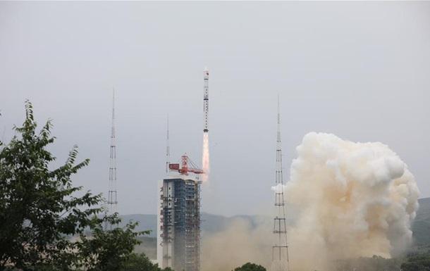 Китай вывел на орбиту три новых спутника
