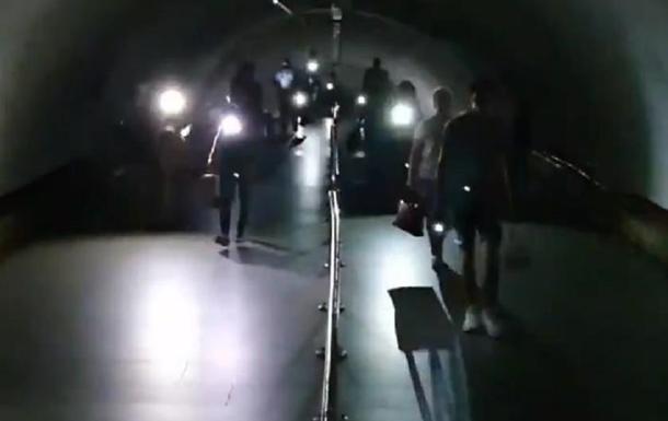 Опубликовано видео из метро Киева во время отключения света