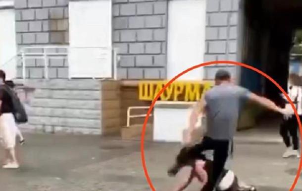 В Днепре ногами избили женщину на улице. Видео 18+