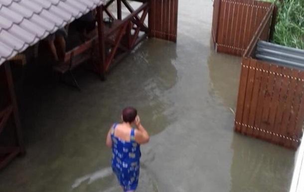 В затопленной Кирилловке лопатами выгребают грязь