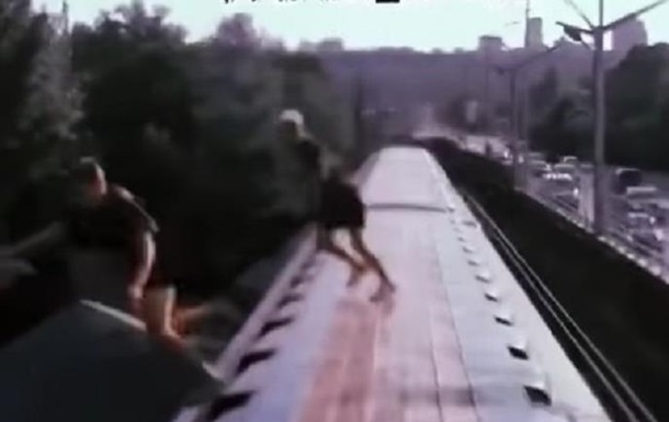 Екстремали Києва стрибали з вагона метро в Дніпро