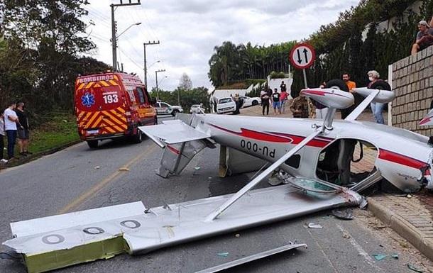 У Бразилії легкий літак впав на вулицю
