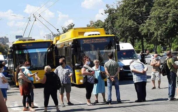 В Киеве протестующие перекрыли проспект Маяковского