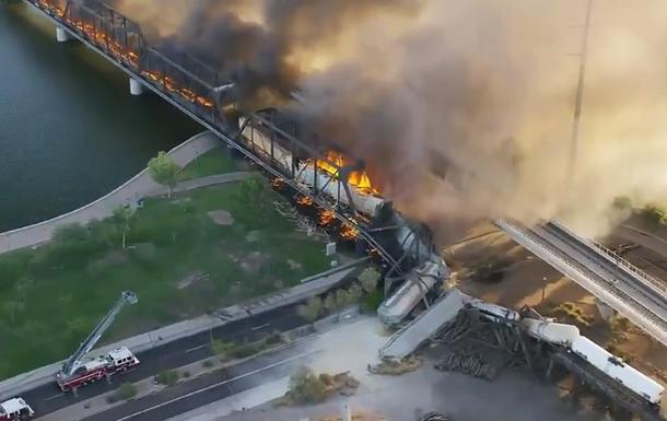 В США цистерны с токсичным грузом упали с моста