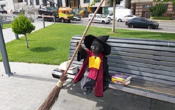Статуи малышей-основателей Киева переодели в героев Гарри Поттера