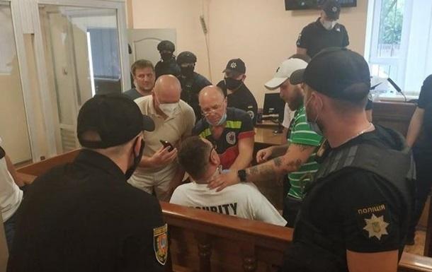 В Одессе блогер порезал себе шею в зале суда
