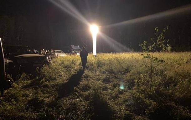 Спасатели ночью в лесу искали женщину с ребенком