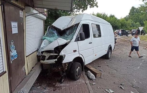 На Киевщине микроавтобус врезался в магазин
