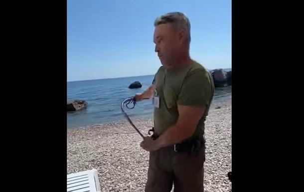 В Крыму мужчина нагайкой выгнал отдыхающих с пляжа