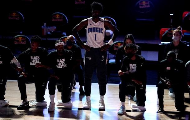 Не ставший на колено во время гимна баскетболист порвал крестообразную связку
