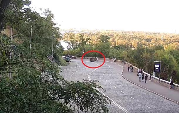 На видео попало опрокидывание авто в центре Киева