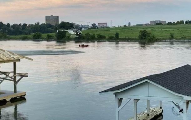 В США вертолет упал в реку