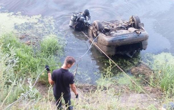 Рятувальники підняли з річки Десна автомобіль