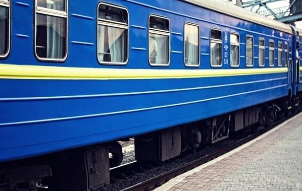 В поезде пьяный мужчина угрожал ножом полиции и разбил окно