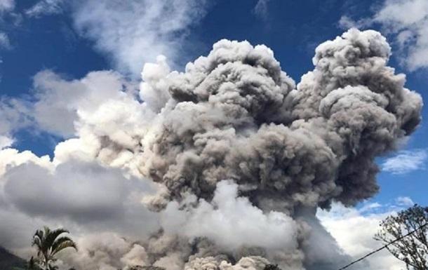 Вулкан Синабунг викинув гігантську хмару попелу