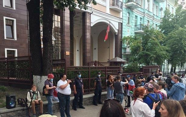 В Киеве у посольства Беларуси собираются люди