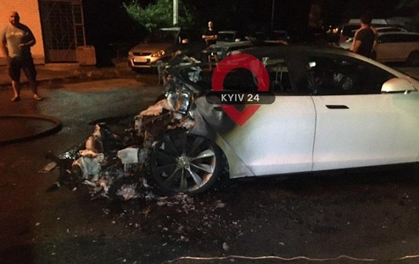 В Киеве сгорела Tesla экс-главы Офиса президента Андрея Богдана - соцсети