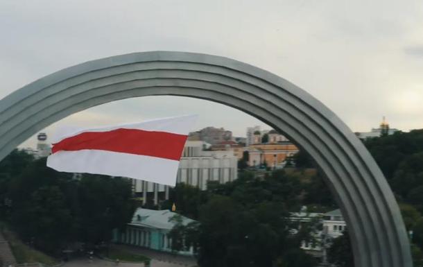 Над Києвом запустили величезний прапор Білорусі