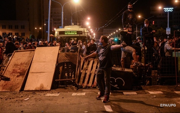 Минский ОМОН штурмует подъезды жилых домов