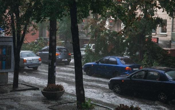 В Днепре прошла буря с градом