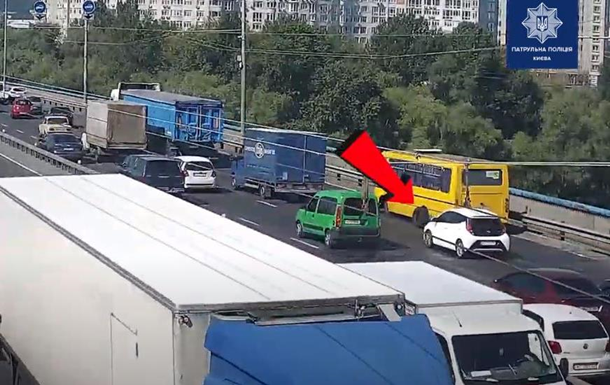 У Києві в маршрутки на мосту відвалилися колеса