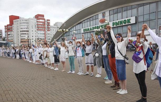 У Мінську вишикувався ланцюг дівчат з квітами