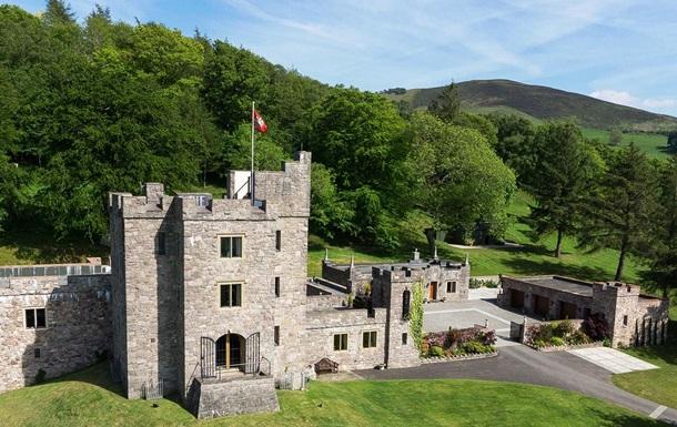 У Британії продають замок з вогнедихаючим драконом: фото
