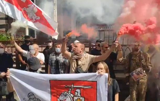 У Києві біля посольства Білорусі запалили біло-червоні фаєри
