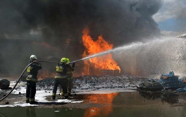 В Днепре пожар уничтожил два авто и катер