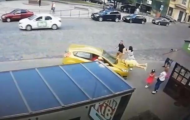 Во Львове дважды сбили пешехода на остановке