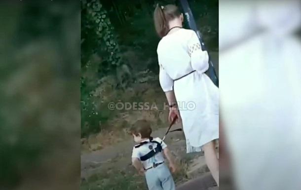 Девушка  выгуляла  ребенка на поводке в Одессе