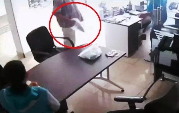 Озброєний  бананом колумбієць намагався пограбувати похоронне бюро