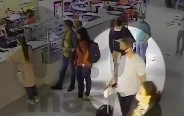 Стало известно, кто дал напиток Навальному в аэропорту