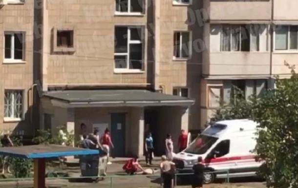 В Киеве мужчина поджег магазин и выбросился из окна. 18+