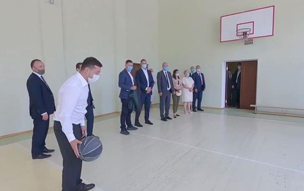 Зеленский поиграл в баскетбол в школе Николаева