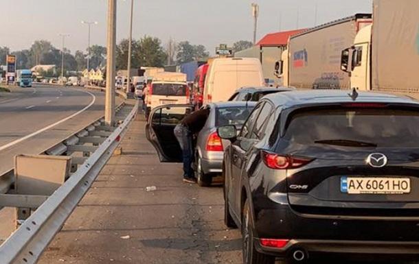 На кордоні України з Румунією і Угорщиною застрягли сотні авто
