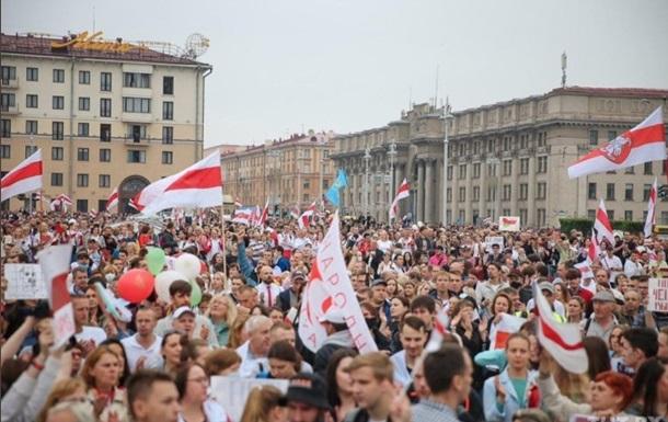 СМИ: Лукашенко на вертолете покидает президентский дворец