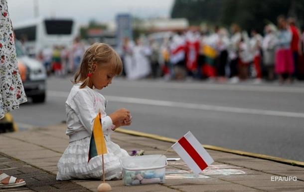 Жители Литвы стали в  цепь солидарности  с оппозицией Беларуси