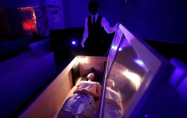 У труні в оточенні зомбі: японцям пропонують зняти стрес через COVID-19