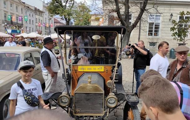 Во Львове провели выставку ретро-автомобилей