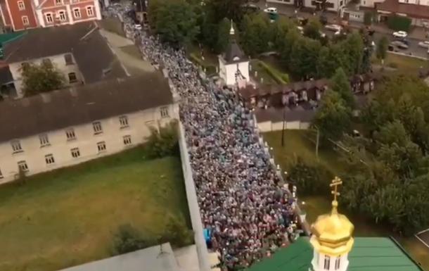 Тысячи верующих пришли в Почаевскую Лавру