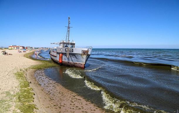 В Затоке на пляж выбросило корабль